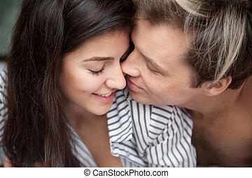 primer plano, de, par romántico, oferta, apacible, cara conmovedora, para estar de cara