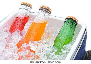 primer plano, de, tres, soda, botellas, en, pecho de hielo
