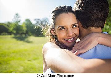 primer plano, de, un, amoroso, mujer, se abrazar, hombre, en, parque