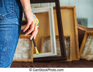 primer plano, de, un, artista, tenencia de la mano, brocha