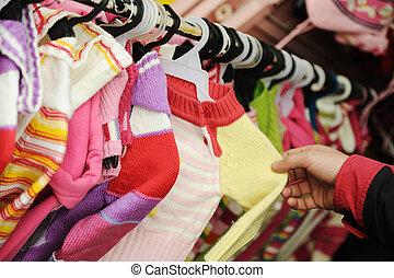 primer plano, de, un, hembra, cliente, buscar, niños, ropa,...