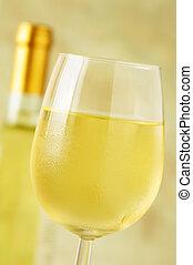 primer plano, de, un, hielo, frío, copa de vino blanco