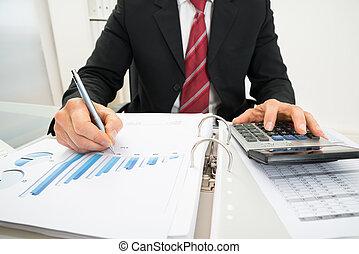 primer plano, de, un, hombre de negocios, analizar, gráfico
