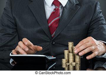 primer plano, de, un, hombre de negocios, contar, coins, utilizar, calculadora