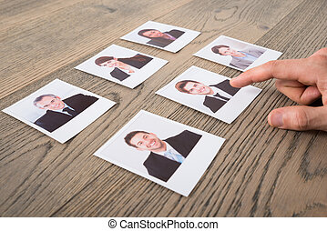 primer plano, de, un, hombre de negocios, escoger, candidatos