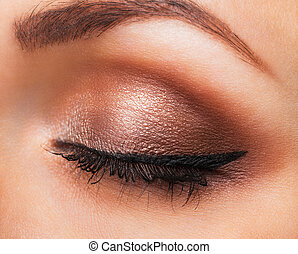 primer plano, de, womanish, ojo, con, neutral, maquillaje
