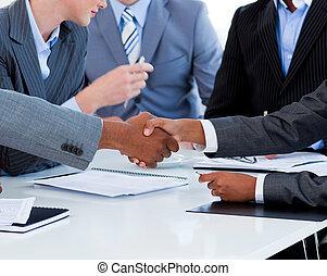 primer plano, empresarios, saludo, otro, cada