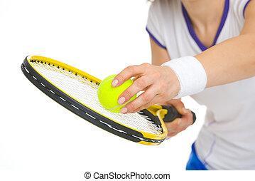 primer plano, en, jugador del tenis, listo, para servir,...