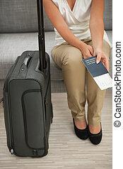 primer plano, en, maleta, y, valor en cartera de mujer, pasaporte, y, aire, boleto