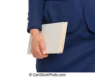 primer plano, en, mujer de negocios, tenencia, libro