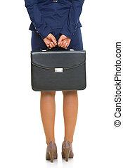 primer plano, en, mujer de negocios, teniendo cartera