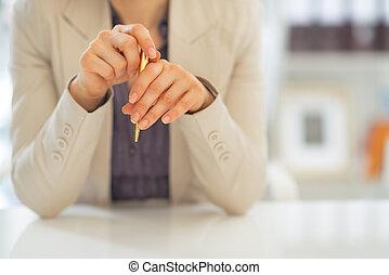 primer plano, en, mujer de negocios, teniendo pluma