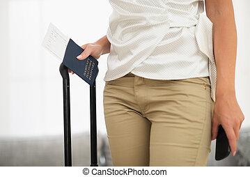 primer plano, en, pasaporte, aire, boleto, y, bolsa, en, hembra entrega