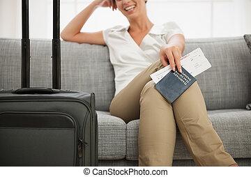 primer plano, en, pasaporte, y, aire, boleto, en, mano, de, sonriente, mujer joven