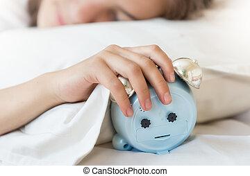 primer plano, foto, de, mujer joven, llevar a cabo la mano, en, despertador