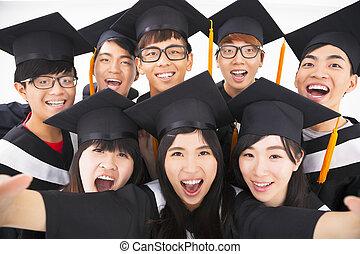 primer plano, grupo, de, graduación, amigos, sonrisa, para, cámara