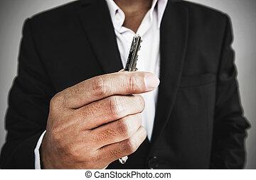 primer plano, hombre de negocios, tenencia, llave