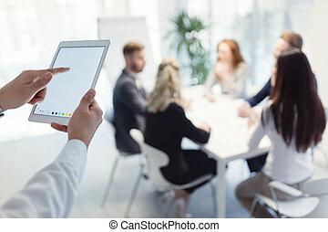 primer plano, imagen, de, hombre de negocios, tenencia, tableta de digital