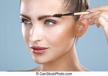 primer plano, mujer hermosa, con, ceja, cepillo, herramienta