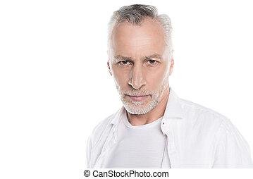 primer plano, retrato, de, guapo, barbudo, hombre maduro, mirar cámara del juez