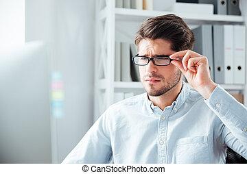 primer plano, retrato, de, hombre de negocios, en, lentes, el mirar, monitor