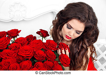primer plano, retrato, de, morena, mujer, con, rosas rojas, ramo, valentines, day.