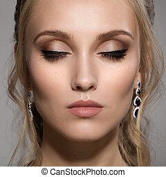 primer plano, retrato, de, mujer hermosa, con, brillante, maquillaje