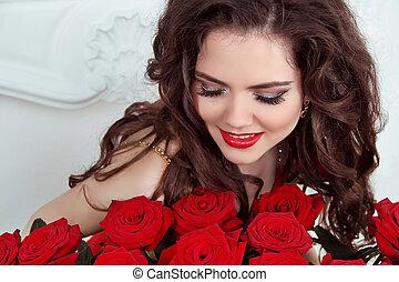 primer plano, retrato, de, mujer hermosa, con, pelo rizado,...