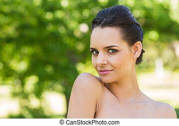 primer plano, retrato, de, mujer hermosa, en el estacionamiento