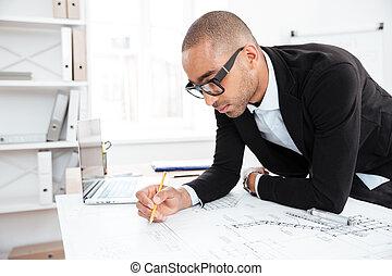 primer plano, retrato, de, un, hombre de negocios, fabricación de notas, en, documentos