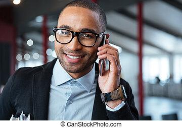 primer plano, retrato, de, un, hombre de negocios, hablar teléfono