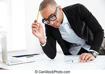 primer plano, retrato, de, un, hombre de negocios, pensamiento, en el trabajo