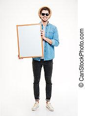 primer plano, retrato, de, un, hombre sonriente, tenencia, blanco, tabla