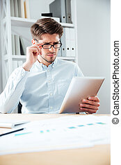 primer plano, retrato, de, un, pensativo, hombre de negocios, utilizar, tableta, computadora