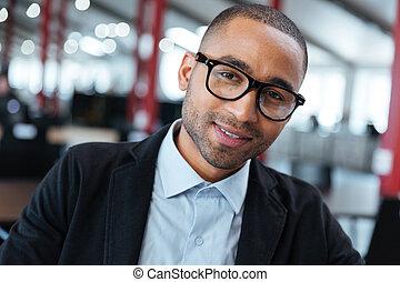 primer plano, retrato, de, un, sonriente, hombre de negocios, en, anteojos