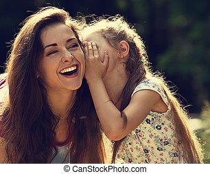 primer plano, retrato, niña, árbol, niño, cara, cuchicheo, joven, toned, reír, diversión, verde, ella, madre, verano, feliz, fondo., pasto o césped, oreja, secreto