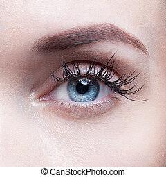 primer plano, tiro, de, ojo de la mujer, con, día, maquillaje