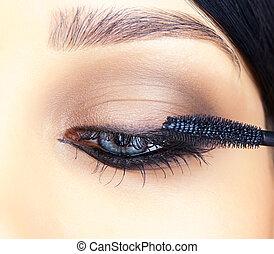 primer plano, tiro, de, ojo de la mujer, maquillaje