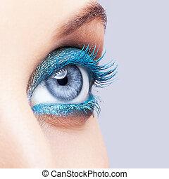 primer plano, tiro, de, ojo femenino, azul, maquillaje
