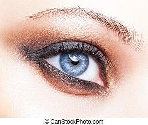 primer plano, tiro, de, ojo femenino, maquillaje