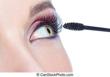 primer plano, tiro, de, ojo femenino, y, cepillo, ser aplicable, rímel