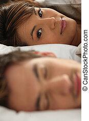 primer plano, tiro, de, pareja joven, en cama