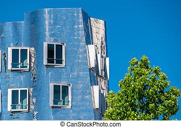primer plano, vista, de, franco, gehry's, famoso, edificio moderno, en, neuer, zollhof, en, dusseldorf.