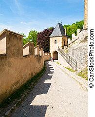 primero, puerta, entrada, a, viejo, real, gótico, castillo, de, karlstejn, república checa