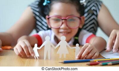 primo piano, colpo, asiatico, piccola ragazza, in, tailandese, asilo, studente, uniforme, e, lei, gioco madre, taglio, di, bianco, fabbricazione carta, famiglia, forma, padre, madre, figlio, e, figlia, su, tavola legno, selezionare, fuoco, su, mani