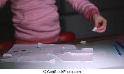 primo piano, colpo, di, poco, ragazza, mani, in, maglione rosa, taglio, carta, foglio, forme, con, forbici, su, uno, vetro, tavola.