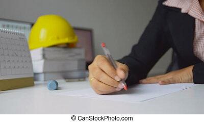 primo piano, colpo, femmina, architetti, ara, usando, uno, rosso, penna, disegnare, uno, brutta copia, bianco, carta, in, ufficio, poco profondo, profondità di campo