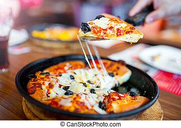 primo piano, di, caldo fresco, pizza, alzato, fetta, con, fresco, ingredienti