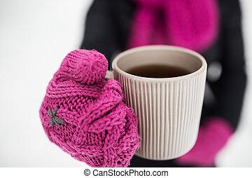 primo piano, di, donna, con, boccale tè, fuori, in, inverno