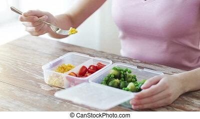 primo piano, di, donna mangia, verdura, da, contenitore